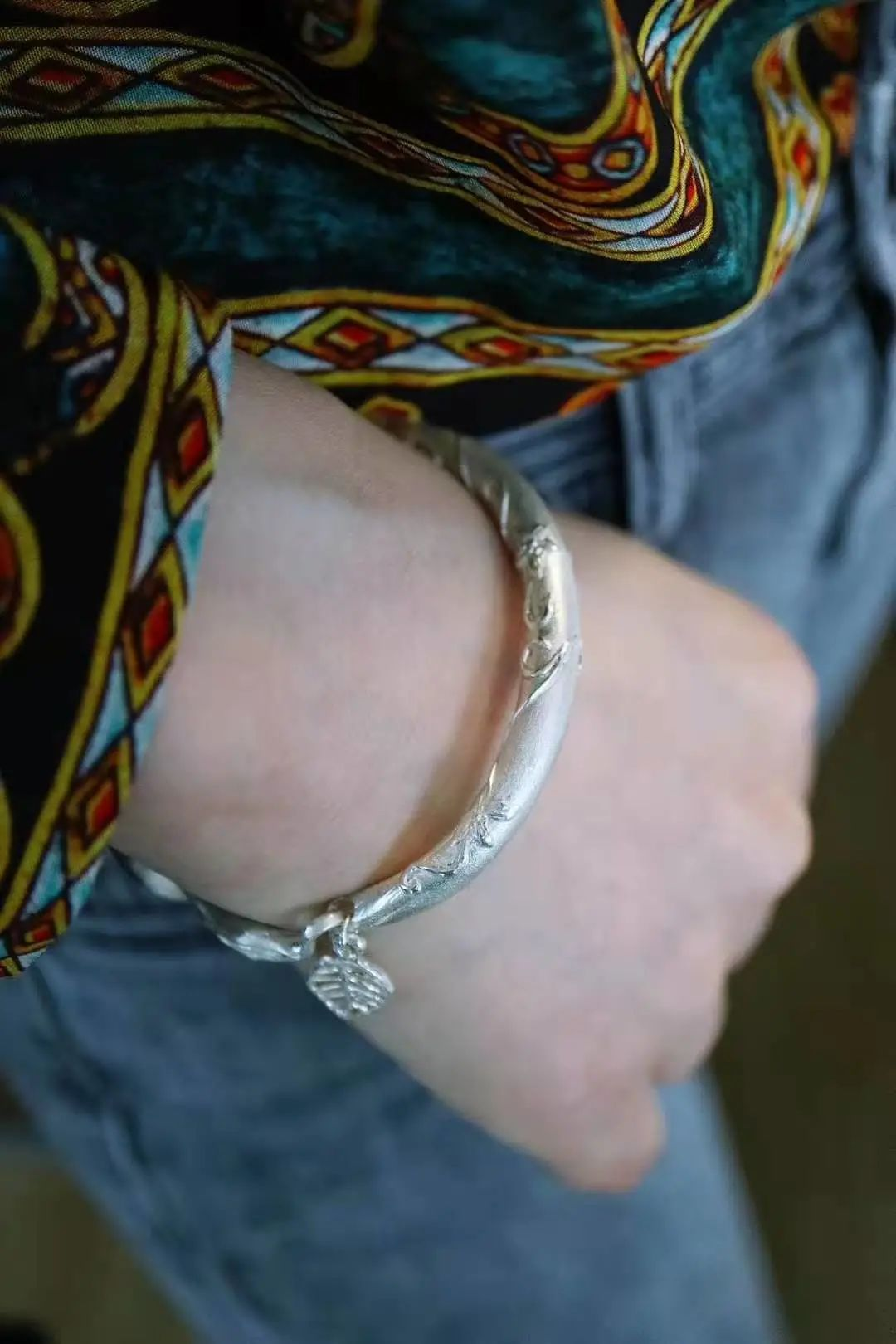 resize,m fill,h 1620,w 1080 - 为什么人们喜欢戴手镯?如何挑选一款适合自己的手镯?