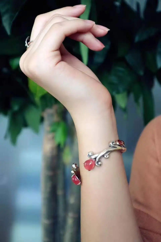 resize,m fill,h 1440,w 960 - 为什么人们喜欢戴手镯?如何挑选一款适合自己的手镯?