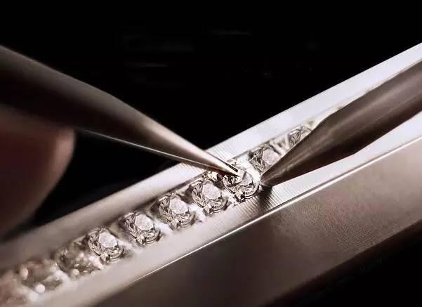 resize,m fill,h 437,w 601 - 为什么镶嵌必须用K金?直接千足金镶嵌珠宝玉石不行吗?